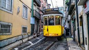 ЛИССАБОН, около 2017: Старый трамвай проходя мимо в старый городок Лиссабона Португалии Лиссабон столица Португалии Лиссабон конт Стоковая Фотография