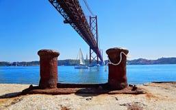 Лиссабон, подвес 25 ориентир ориентира моста в апреле стоковые фотографии rf