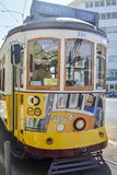 ЛИССАБОН, ПОРТУГАЛИЯ - 7-ОЕ АВГУСТА 2017: Водитель трамвая в старом известном желтом трамвае 28 лифта Стоковые Изображения RF