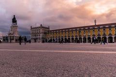 Лиссабон, Португалия - 17-ое марта 2019 - красочное небо в Praça делает Comércio с Torreão Poente и конноспортивной статуей d  стоковое фото rf