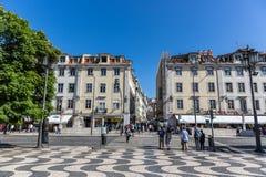 Лиссабон, Португалия - 9-ое мая 2018 - туристы и locals идя в традиционный бульвар в Лиссабоне к центру города в дне голубого неб стоковые изображения