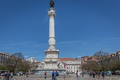 Лиссабон, Португалия - 9-ое мая 2018 - туристы и Locals идя на бульвар Rossio в столица ` s городском Лиссабоне, Португалии на a стоковое фото rf