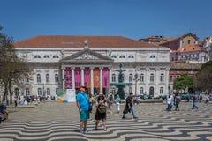 Лиссабон, Португалия - 9-ое мая 2018 - туристы и Locals идя на бульвар Rossio в столица ` s городском Лиссабоне, Португалии на a стоковое изображение
