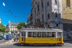 Лиссабон, Португалия - 9-ое мая 2018 - турист и locals ехать традиционный желтый трамвай в городском Лиссабоне, в красивом голубо стоковое изображение rf