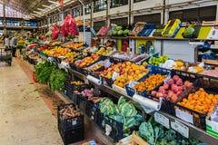 Лиссабон, Португалия - 20-ое мая 2017: Рынок города с плодоовощ и vege Стоковые Фотографии RF