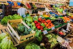 Лиссабон, Португалия - 20-ое мая 2017: Рынок города с плодоовощ и vege Стоковые Фото