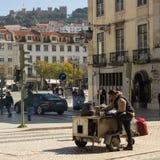 Лиссабон, Португалия: лоточница зажаренных в духовке каштанов Стоковая Фотография RF