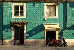 Лиссабон, Португалия - Septmember 19, 2016: Крыть черепицей черепицей фасад и девушки выпивая кофе Стоковые Фото