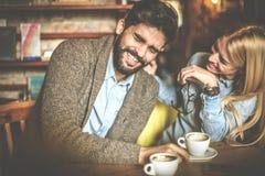 листать Пары на кафе имея переговор Стоковые Фото