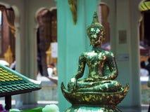 Листовое золото на старой статуе Будды с нерезкостью движения предпосылки Стоковое Фото
