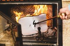 Листы бумаги горя в огне камина стоковое изображение