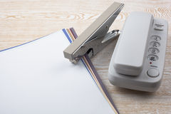 Листы бумаги и аксессуары офиса на деревянной текстуре Стоковые Изображения