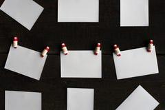 Листы бумаги пробелов приложенные к веревочке прикрепляют концепцию рождества Стоковые Фото