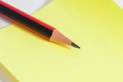 Листы карандаша и цвета на таблице Стоковые Изображения RF