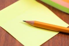 Листы карандаша и цвета на таблице Стоковое Фото