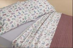 листы киски кота кровати Стоковая Фотография