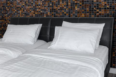 Листы подушки, постельных принадлежностей Êwhite и подушки поднимают белую нашивку постельных принадлежностей Стоковые Фото