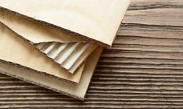 Листы рифлёного картона закрывают вверх по взгляду для предпосылки стоковое фото rf