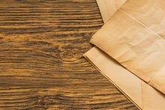 Листы старой бумаги на таблице Стоковые Фото