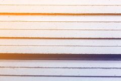 Листы штукатурной плиты или гипсокартона близких вверх в квартире во время на конструкции, remodeling, отстраивать Стоковые Фотографии RF