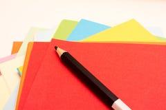 Листы ярких покрашенных бумаги и карандаша искусства для рисовать Стоковое Фото