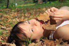 листья девушки осени Стоковая Фотография