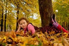 листья девушки осени Стоковое Изображение RF