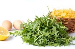Листья зеленого цвета завода Rucola и ингридиенты макаронных изделий Стоковые Изображения