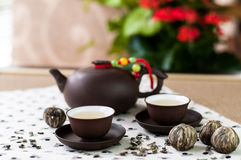 Листья зеленого чая и комплект чашек японского стиля установленных и бака чая Стоковое Фото