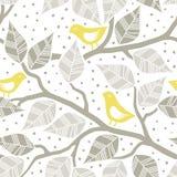 Листья и желтые птицы на ветвях Стоковая Фотография