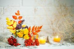 Листья и цветки осени на деревянном столе космос экземпляра предпосылки осени жизнь осени все еще Стоковое фото RF