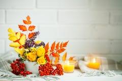 Листья и цветки осени на деревянном столе космос экземпляра предпосылки осени жизнь осени все еще Стоковая Фотография RF