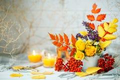 Листья и цветки осени на деревянном столе космос экземпляра предпосылки осени жизнь осени все еще Стоковые Фотографии RF