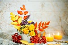 Листья и цветки осени на деревянном столе космос экземпляра предпосылки осени жизнь осени все еще Стоковые Изображения
