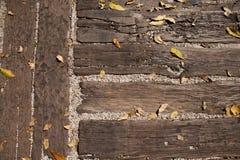 Листья на деревянной земле Стоковое фото RF