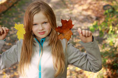 Листья осени девушки бросая в парке Стоковые Фото