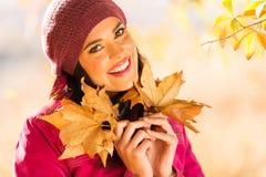Листья осени девушки Стоковые Фотографии RF