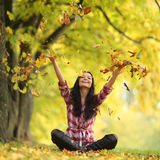 Листья падения женщины в парке осени Стоковые Фото