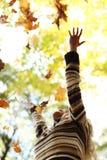 Листья падения женщины в парке осени Стоковые Фотографии RF