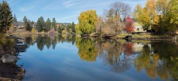 Листья падения и река Deschutes стоковое фото