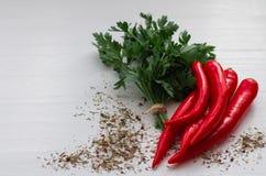 Листья петрушки и специи белизна перцев chili предпосылки красная стоковое изображение