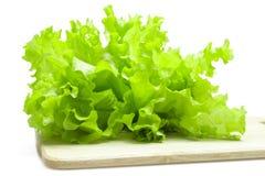 Листья салата на разделочной доске Стоковые Изображения