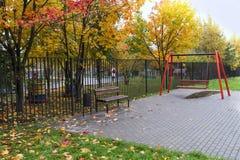 Листья стенда и качания ландшафта осени Стоковое Изображение