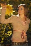 листья удерживания моста стоя женщина Стоковое Изображение RF