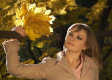 листья удерживания моста стоя женщина Стоковые Изображения