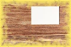 Лист белой бумаги на предпосылке влияния фильма grunge пятнистой с e Стоковое фото RF