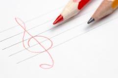 Лист белой бумаги при 2 нарисованных карандаши и руки Стоковые Изображения
