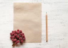 Лист бумаги для примечаний или эскизов и карандаша Тонизировать и нерезкость Стоковая Фотография