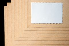 Лист бумаги и грубый, текстурированный картон стоковые изображения rf