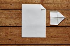 Лист бумаги и сложенный самолет бумаги Стоковая Фотография RF